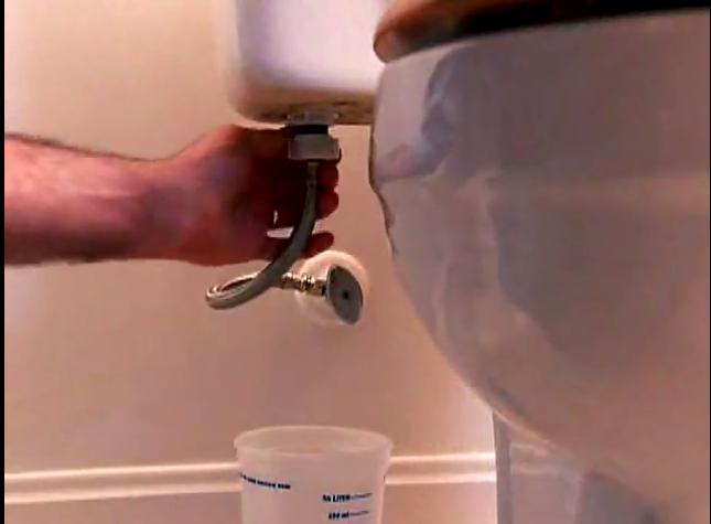 4. Ngắt ống nước nguồn và hứng nước bằng xô