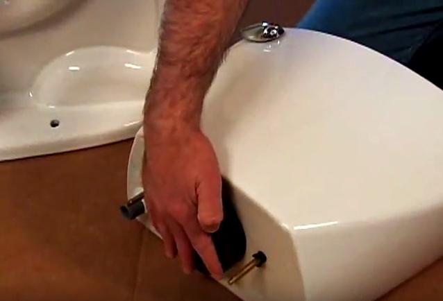 Lắp vòng đệm cao su vào dưới két chứa nước