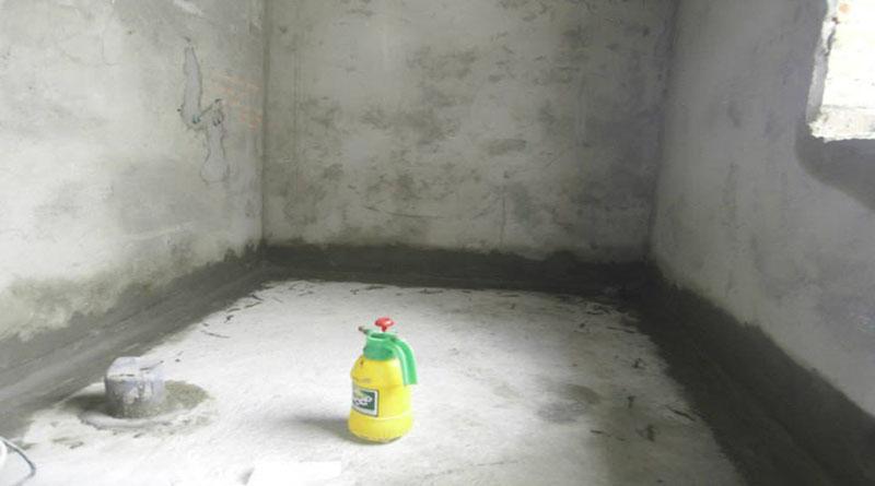 Tiến hành chống thấm dột nhà vệ sinh
